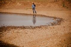 Положение молодого человека вокруг фото области пруда уникального стоковые изображения rf