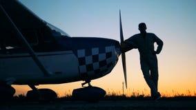 Положение на предпосылке захода солнца, конец пилота самолета вверх видеоматериал