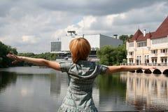 положение озера девушки близкое Стоковые Изображения