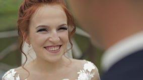 Положение пар свадьбы около усмехаться озера и невесты : акции видеоматериалы