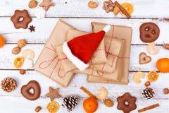 Положение подарка на рождество плоское на белой таблице Стоковое фото RF