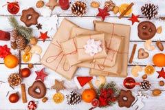 Положение подарка на рождество плоское на белой таблице Стоковая Фотография