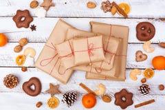Положение подарка на рождество плоское на белой таблице Стоковое Изображение RF