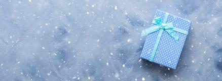 Положение подарочной коробки плоское на сини Стоковое фото RF