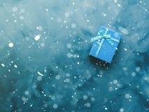 Положение подарочной коробки плоское на сини Стоковое Изображение