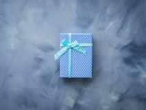 Положение подарочной коробки плоское на сини Стоковые Фото