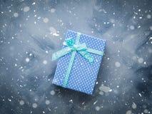 Положение подарочной коробки плоское на сини Стоковые Изображения RF