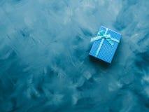 Положение подарочной коробки плоское на сини Стоковое Изображение RF