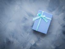 Положение подарочной коробки плоское на сини Стоковая Фотография RF