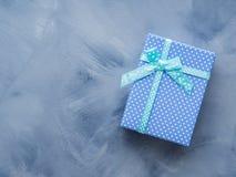 Положение подарочной коробки плоское на сини Стоковые Фотографии RF