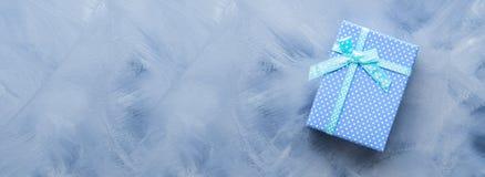 Положение подарочной коробки плоское на сини Стоковое Фото