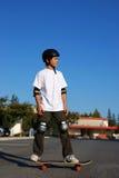 положение скейтборда мальчика Стоковые Изображения