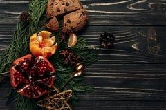 Положение стильной деревенской зимы плоское с апельсинами a венисы пряника Стоковые Изображения RF