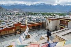Положение человека путешественника и взгляд смотреть ландшафта во дворце Leh, части Norther Индии стоковые фото