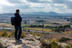 Положение человека путешественника со спокойными горами взгляда стоковые изображения rf