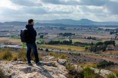 Положение человека путешественника со спокойными горами взгляда стоковая фотография