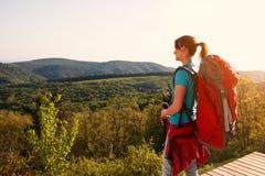 Положение Hiker женское вверх и смотрящ панораму стоковое фото rf