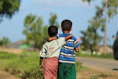 ПОЛОЖЕНИЕ RAKHINE, МЬЯНМА - 5-ОЕ НОЯБРЯ: Сотни мусульман Rohingya страдают строгое недоедание в переполненных лагерях в Myanm Стоковое Изображение
