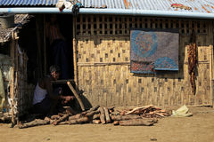 ПОЛОЖЕНИЕ RAKHINE, МЬЯНМА - 5-ОЕ НОЯБРЯ: Сотни мусульман Rohingya страдают строгое недоедание в переполненных лагерях в Myanm Стоковое Изображение RF