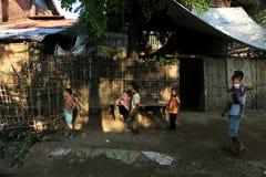 ПОЛОЖЕНИЕ RAKHINE, МЬЯНМА - 5-ОЕ НОЯБРЯ: Сотни мусульман Rohingya страдают строгое недоедание в переполненных лагерях в Myanm Стоковые Фотографии RF