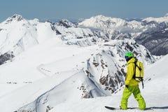 Положение Snowboarder на панорамной предпосылке стоковые изображения rf