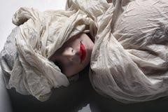 положенная в кожух женщина Стоковое Изображение RF