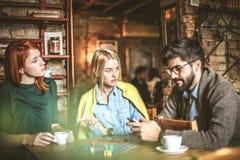 Положенный вниз с телефона 3 друз на кафе Стоковое Изображение