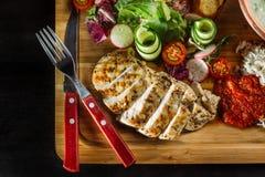 Положенный обедающий на супе таблицы, лука и яйца, рисе, куриной грудке стоковое изображение rf