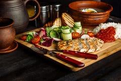 Положенный обедающий на супе таблицы, лука и яйца, рисе, куриной грудке стоковые фотографии rf