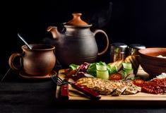 Положенный обедающий на супе таблицы, лука и яйца, рисе, куриной грудке стоковые изображения
