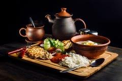 Положенный обедающий на супе таблицы, лука и яйца, рисе, куриной грудке стоковое фото rf
