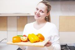 Положительная беременная женщина с подносом отрезанных овощей Стоковые Фото