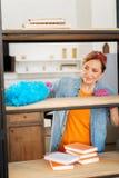 Положительная внимательная женщина нося яркое обмундирование и розовые перчатки стоковое фото