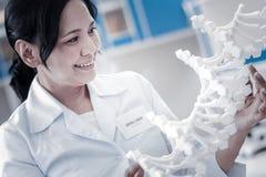 Положительная запомненная дама анализируя модель дна в лаборатории Стоковые Изображения