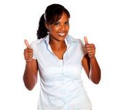 Положительная молодая женщина поднимая перста вверх Стоковое Изображение RF