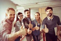 Положительная молодая команда показывая О'КЕЫ жесты Стоковая Фотография RF
