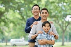 Положительная мульти-поколенческая семья в парке стоковые фотографии rf