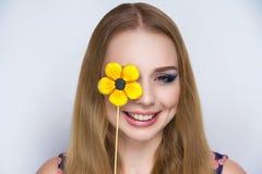 Положительная помадка солнцецвета девушки Стоковые Изображения