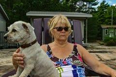 Положительная старуха наслаждается временем с ее собакой стоковая фотография rf