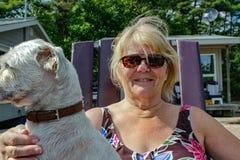 Положительная старуха наслаждается временем с ее собакой стоковые изображения rf