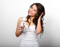 Положительная счастливая зубастая усмехаясь женщина с длинное здоровое длинное курчавым Стоковые Изображения RF
