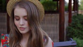Положительная чудесная девушка с красными волосами смотрит портрет конца-вверх камеры 4k видеоматериал