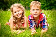 Положительные дети на траве стоковое изображение