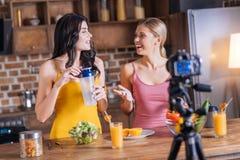 Положительные здоровые женщины смотря один другого Стоковое Изображение RF
