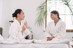 Положительные молодые сестры говоря друг к другу Стоковое Фото