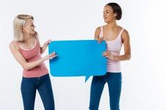 Положительные радостные женщины говоря друг к другу Стоковое Изображение RF