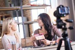 Положительные радостные женщины смотря один другого Стоковое Изображение RF