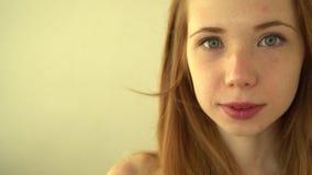 Положительные рыжеволосые улыбки девушки видеоматериал