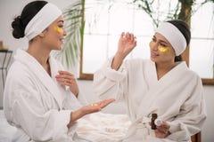 Положительные славные женщины обсуждая витамины Стоковые Изображения RF