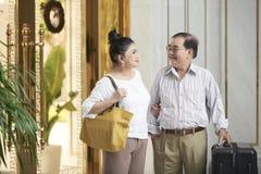 Положительные старшие пары на каникулах стоковое фото